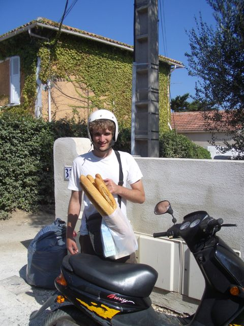 The FC fetches fresh baguettes in Giens, the village in the South of France where we stayed for a week. Even small tourist-y variety stores stock fresh-baked baguettes daily.